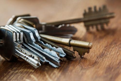 Schlüsselbund auf Holztisch